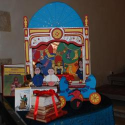 Théâtre miniature posé en décor